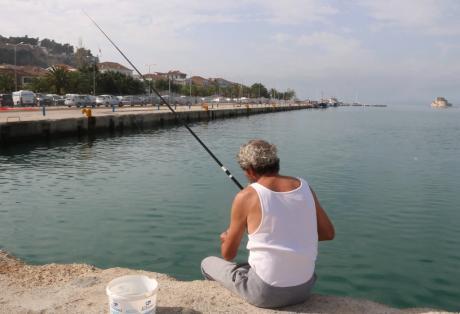 Χαράτσι στο ερασιτεχνικό ψάρεμα στις προκυμαίες!