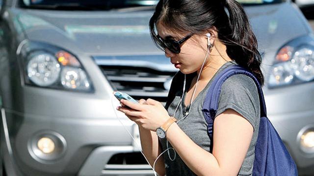 Πρόστιμο επιβάλλει η Χονολουλού σε όποιον διασχίζει δρόμο χαζεύοντας το κινητό του