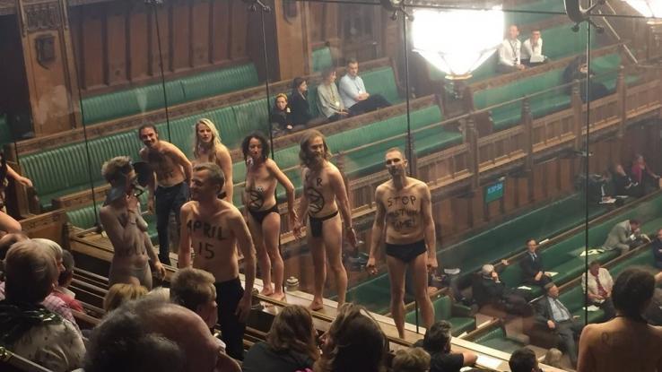 Ημίγυμνοι ακτιβιστές διαμαρτυρήθηκαν για την κλιματική αλλαγή μέσα στο βρετανικό κοινοβούλιο